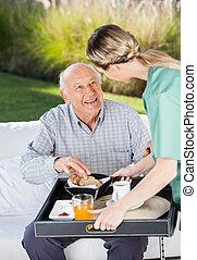 servir, gardien, femme, petit déjeuner, homme aîné