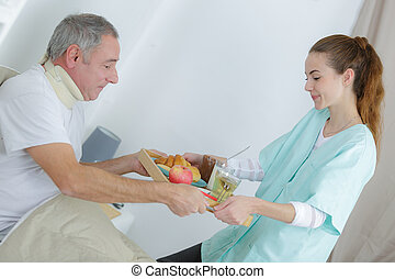 servir, infirmière, maison, petit déjeuner, homme aîné