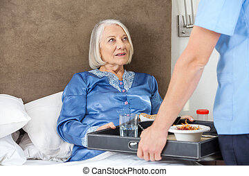 servir, midsection, petit déjeuner, femme, infirmière, personne agee