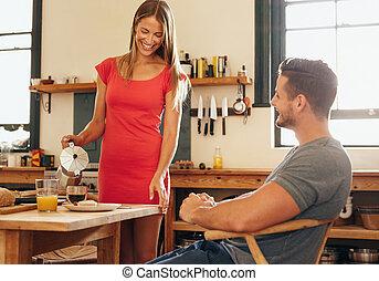 servir, petit ami, petit déjeuner, elle, femme souriant