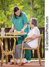 servir, petit déjeuner sain, personne âgée femme, infirmière, heureux