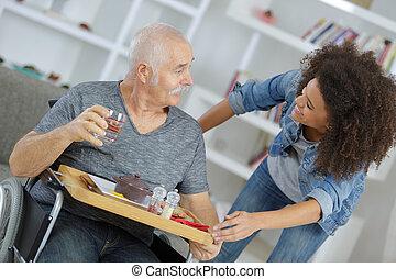 servir, soins, gardien, femme, maison, petit déjeuner, homme aîné