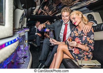 servire, giovane, amica, champagne, limousine, amare