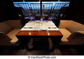 servire, tavola, con, bianco, tovaglia, e, posti, in, vuoto, ristorante, a, sera