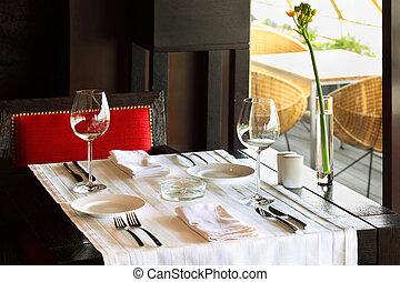 servire, tavola, con, bianco, tovaglia, e, sedia rossa, in, vuoto, ristorante
