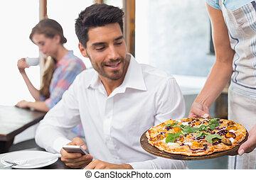 servitris, ge sig, pizza, till, man, hos, kaffeaffär