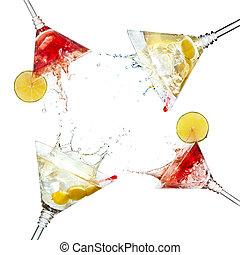 set, di, martini, cocktail, con, schizzo, e, calce, isolato