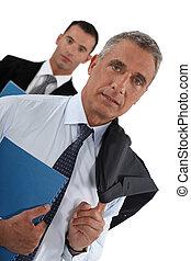 seu, assistente, atrás de, homem negócios, retrato, arrastar, ele