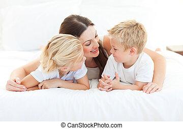 seu, cama, feliz, discutir, mãe, mentindo, crianças