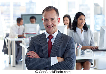 seu, centro, guiando, gerente, chamada, equipe, sorrindo