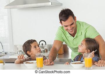 seu, crianças pai, falando, enquanto, eles, pequeno almoço, tendo