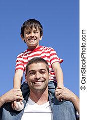 seu, dar, passeio, pai, filho, piggyback, ao ar livre