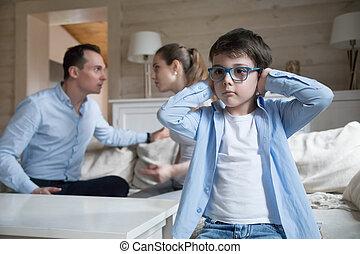 seu, discutir, cobertura, filho, enquanto, pais, mãos, orelhas