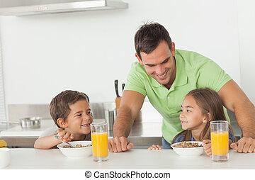 seu, eles, tendo, crianças, enquanto, pai, conversando, pequeno almoço