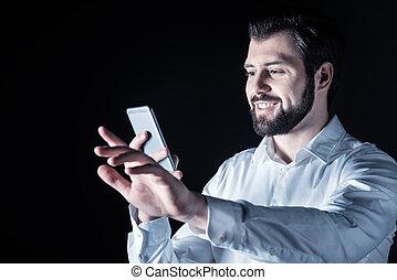 seu, encantado, jovem, dispositivo, usando, homem
