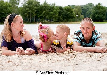 seu, família feliz, beijando, crianças