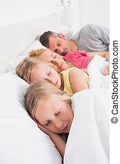 seu, gêmeos, pais, cama, dormir