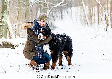 seu, inverno, neve, abraçando, cão, mãe, dia