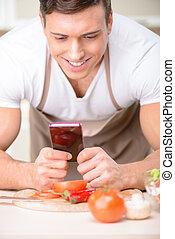 seu, jovem, atraente, cozinheiro, usando, smartphone.