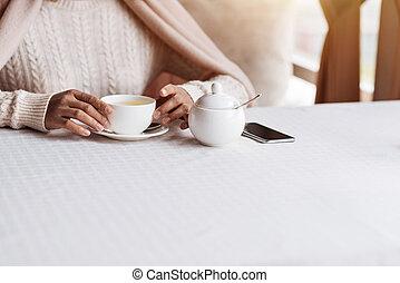 seu, jovem, desfrutando, americano, africano, pequeno almoço, café, homem