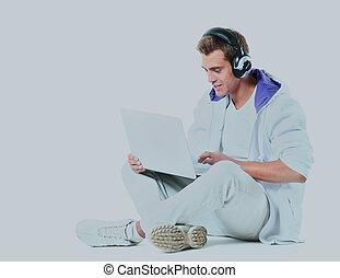 seu, jovem, laptop., escutar música, homem