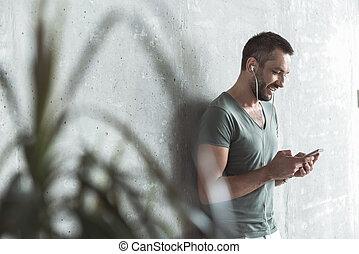 seu, jovem, telefone, escutar música, usando, sujeito, alegre