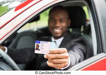 seu, licença motriz, car, mostrando, janela, homem negócios, abertos