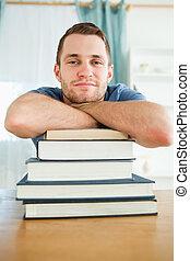 seu, livros, estudante, inclinar-se