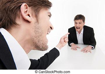 seu, negócio, apontar, sentando, zangado, jovem, enquanto, homem negócios, sócio, tabela, pessoas