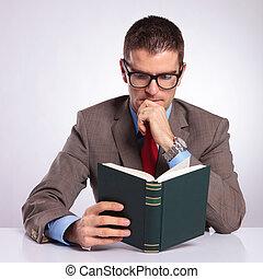 seu, negócio, jovem, livro, escrivaninha, leitura, homem