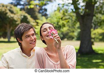seu, observar, enquanto, flor, ela, cheirando, amigo, homem