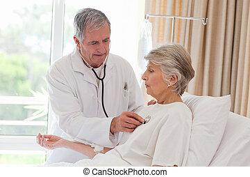 seu, paciente, doutor, levando, batida coração, sênior
