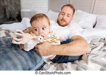 seu, pai, jovem, charming, criança, lar, tocando