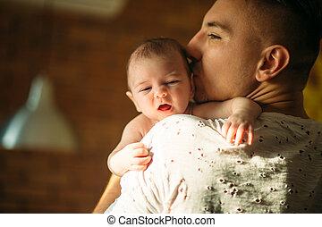 seu, pai, jovem, filho, recem nascido, prendendo bebê