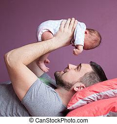seu, pai, jovem, recem nascido, prendendo criança