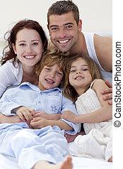 seu, pais, crianças, abraçando, retrato