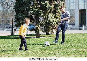 seu, parque, futebol, pai, jovem, filho, tocando
