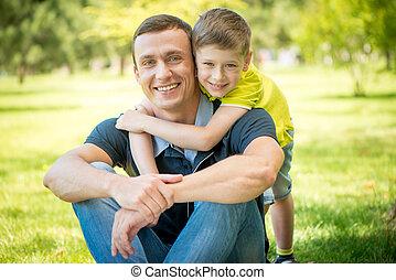 seu, parque, pai, abraçando, filho, sorrindo