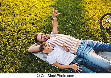 seu, parque, pai, pointing., descanso, filho, ter, ao ar livre, homem