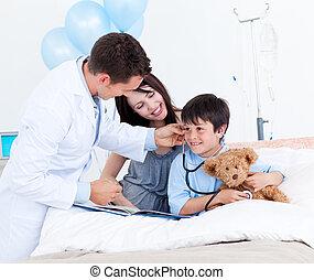 seu, pequeno, doutor, mãe, charming, menino, tocando