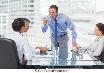 seu, saída, zangado, executivo, empregado, apontar