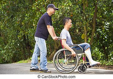 seu, sentando, cadeira rodas, jovem, irmão, homem