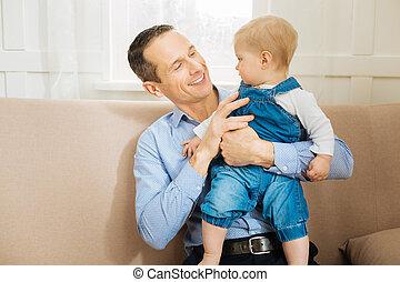 seu, sentando, pai, olhar, enquanto, bebê, atento, ele