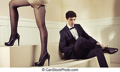 seu, shapely, olhar, namorada, pernas, contente, homem