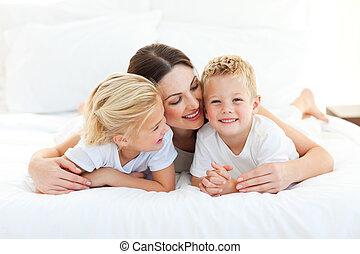 seu, tendo, cama, cute, divertimento, mãe, mentindo, crianças