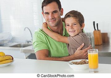 seu, tendo, enquanto, pai, abraçar, pequeno almoço, filho