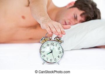 seu, tocando, relógio, alarme, jovem, adormecido, quarto, parando, lar, homem