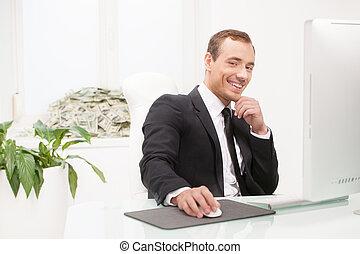 seu, trabalhando, sentando, sucedido, dinheiro, jovem, enquanto, janela, lugar, homem negócios, businessman., peitoril, pilha, mentindo, feliz