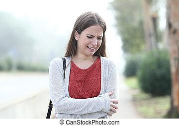 seul, brumeux, femme pleure, parc, triste, marche