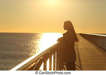 seul, femme, coucher soleil, contempler, océan